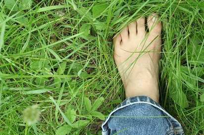 6-manfaat-sehat-berjalan-kaki-tanpa-alas